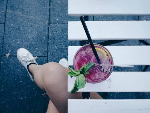 ice tea, limonade, witte sneakers, caffeination, antwerpen, terras, rietje